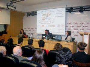De izquierda a derecha: Maria Vallet-Regí, Bernardo Herradón y Pilar Tigeras, Vicepresidenta Adjunta de Cultura Científica del CSIC, que destacó el papel del CSIC.