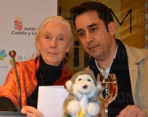 La primatóloga con el director ejecutivo del Instituto Goodall, Federico Bogdanowicz