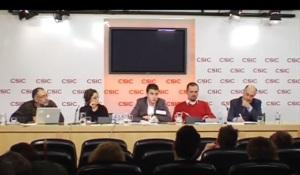 Los ponentes de la mesa redonda sobre ciencia y educación durante el turno de preguntas. Credit: Activatuneurona