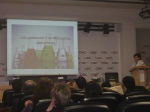 La doctora Sénida Cueto en un instante de la conferencia. Credit: Bernardo Herradón