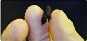 Una biobatería como la de la imagen permitirá miniaturizar los dispositivos implantables como los marcapasos todavía más. Está compuesta por nanotubos de carbono. Es resistente, flexible y puede funcionar con sangre o sudor. Credit: Bernardo Herradón/ACTIVATUNEURONA