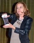 La conferenciante generando un hiperboloide a partir de la torsión de un cilindro.Credit: ACTIVATUNEURONA