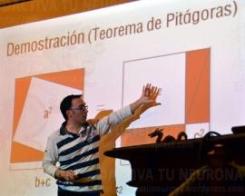 Raúl Ibáñez en plena demostración del Teorema de Pitágoras. Credit: ACTIVATUNEURONA