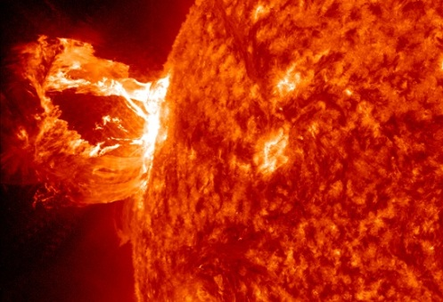 Espectacular explosión gigante en la corona solar. Credit: NASA