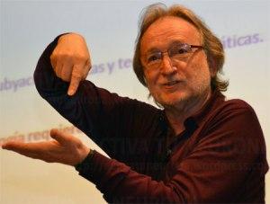El profesor Ferrán Hurtado durante la conferencia.Credit: Activatuneurona