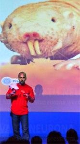 Antonio Osuna desarrollando su conferencia. Credit: Activatuneurona