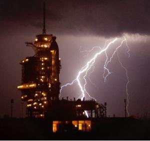 El Endeavour esperando al despegue en medio de la tormenta. credit: NASA