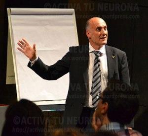 Iñaki Goirizelaia durante la conferencia. Credit: ACTIVATUNERONA.
