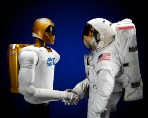 El robonauta R2 saluda a un astronauta. Credit: NASA