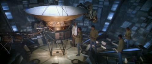 Recientemente la NASA ha anunciado que la Voyager I ha traspasado las fronteras del sistema solar, adentrándose en el medio interestelar. En la primera película de Star Trek, una de las naves Voyager adquiere conciencia propia y viaja a la Tierra en busca de su creador.