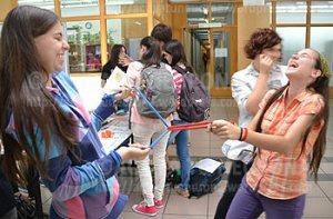 Alumnas divirtiéndose con las demostraciones. Credit: ACTIVATUNEURONA