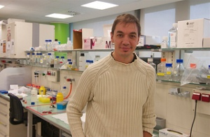 Oscar Millet en su laboratorio del CIC Biogune. FOTO: www.biobasque.org/aBBW/web/en/index.jsp