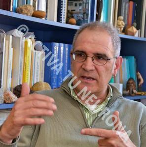 Alejandro Cearreta en un momento de la entrevista en su despacho de la Universidad del País Vasco. Foto: Izaskun Lekuona