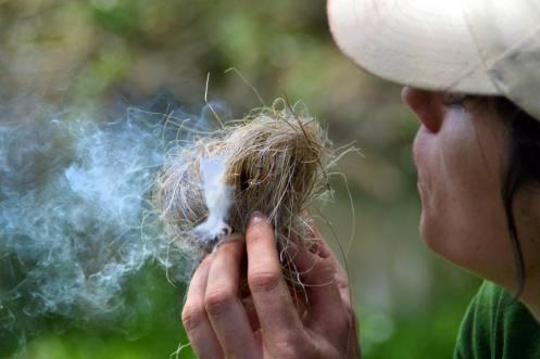 A punto de conseguir fuego con métodos tradicionales de frotado de madera. Foto: © Izaskun Lekuona