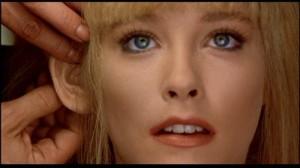 La actriz Pamela Gidley, interpreta al prototipo de mujer perfecta, en realidad un robot, en Cherry 2000.