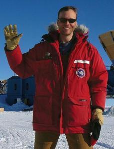 John M. Kovack, posa delante del obervatorio BICEP-2 en la base polar Amundsen-Scott