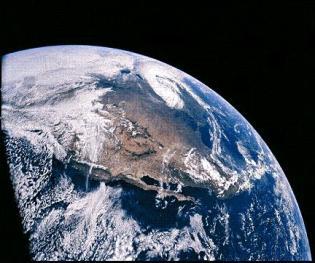 La Tierra vista desde el espacio en una fotografía tomada desde el Apollo XVI el 16 de abril de 1972