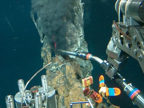 Sonda del Alvin tomando la temperatura de la fomarola negra. © Woods Hole Oceanographic Institution