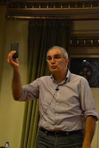 Alejandro Cearreta muestra un tecnofósil. Un telefomo móvil que, como otros productos tecnológicos humanos ya forman parte del registro geológico de la Tierra. Foto: ©Javier San Martín