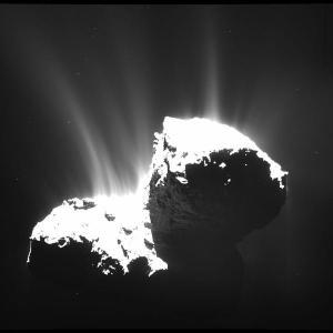 El cometa 67/P expulsando para de su material al espacio: Foto: ESA/Rosetta/MPS for OSIRIS Team MPS/UPD/LAM/IAA/SSO/ INTA/UPM/DASP/IDA