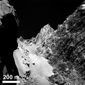 """La región pedregosa suave denominada """"Hapi"""" en el cuello de la cometa, con la cara del acantilado Hathor a la derecha. Foto: ESA / Rosetta / MPS para OSIRIS equipo MPS / UPD / LAM / IAA / SSO / INTA / UPM / DASP / IDA"""
