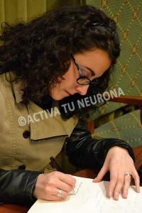 Marta Martín firmando en el libro de invitados ilustres de la Biblioteca de Bidebarrieta. Foto: © Izaskun Lekuona