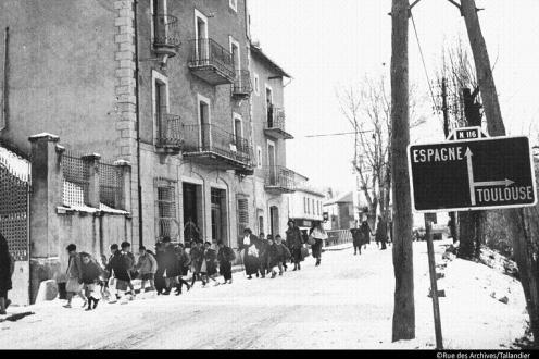 Refugies de la guerre d'Espagne en France, 1939. C'est la prise de Barcelone en janvier 1939 par les franquistes qui provoqua le depart de refugies notamment vers la France. Ici ils se trouvent dans les Pyrenees Orientales sur la N116 (entre -Perpignan et Bourg-Madame) --- refugees from the Spanish Civil War in France late 30's